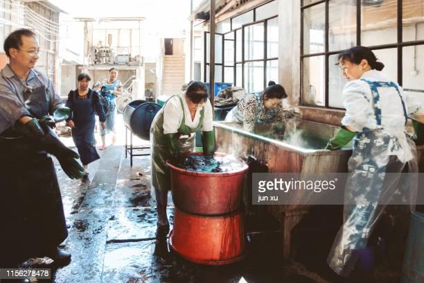 remove the lecherous linen from the vat - 裾 ストックフォトと画像