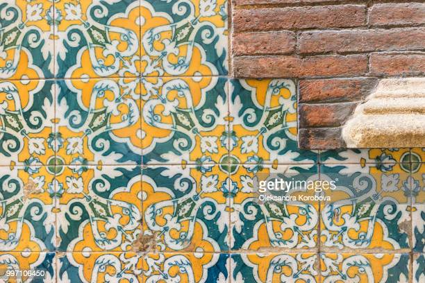 renaissance architecture stonework, ornamental street tile wall design. - barcelona spanien stock-fotos und bilder