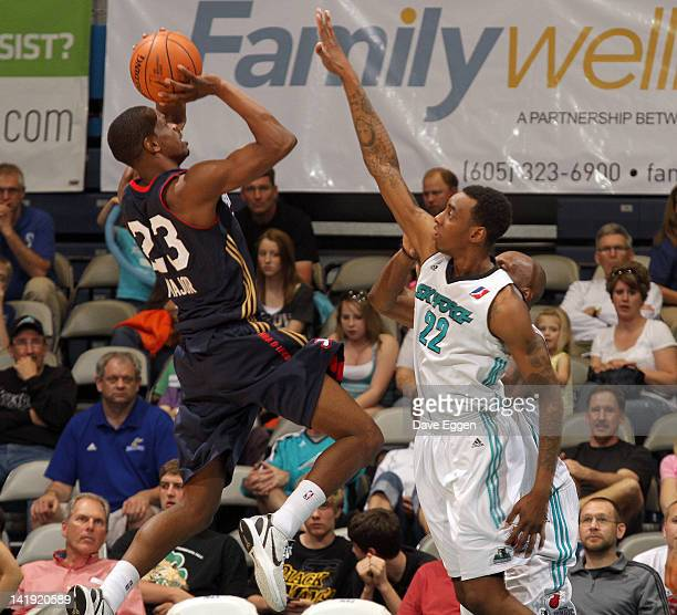 Renaldo Major from the Bakersfield Jam shoots over the defense of Anthony Mason from the Sioux Falls Skyforce in the second half of their NBA...