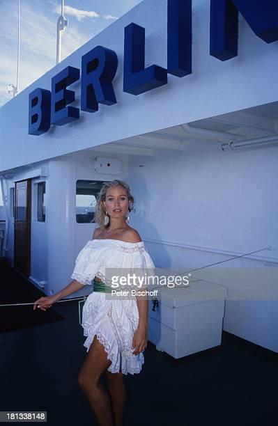 Renate Langer am Rande der Dreharbeiten zur ZDFSerie Traumschiff Kreuzfahrtschiff MS Berlin Rio de Janeiro Brasilien Kleid sexy Urlaub Ohrringe...