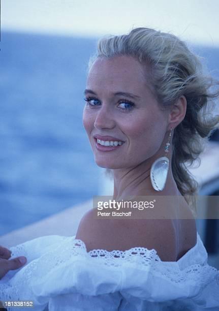 Renate Langer am Rande der Dreharbeiten zur ZDFSerie Traumschiff Kreuzfahrtschiff MS Berlin Rio de Janeiro Brasilien Kleid sexy Urlaub Ohrringe Meer...