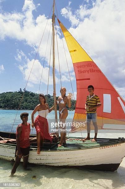 Renate Langer Heide Keller Einheimische am Rande der Dreharbeiten zur ZDFSerie Traumschiff Salvador do Bahia Brasilien Boot Segelboot Bikini sexy...