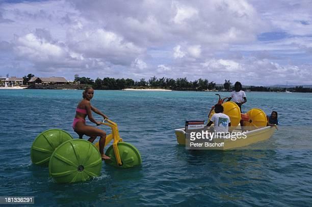 Renate Langer Heide Keller Einheimische im Anschluß an die Dreharbeiten zur ZDFSerie Traumschiff Folge Brasilien Mauritius Wasservelo Wasserfahrrad...