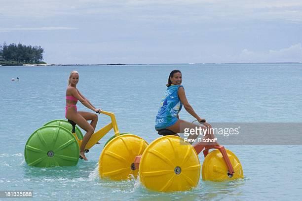 Renate Langer Heide Keller im Anschluß an die Dreharbeiten zur ZDFSerie Traumschiff Folge Brasilien Mauritius Wasservelo Wasserfahrrad Bikini Meer...