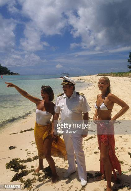 Renate Langer Heide Keller Kapitän Harry H Biehl am Rande der Dreharbeiten zur ZDFSerie Traumschiff Salvador do Bahia Brasilien Strand Meer Wasser...