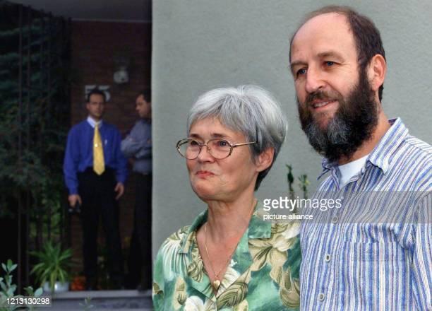 Renate und Werner Wallert stehen am 3182000 vor ihrem Haus im Göttinger Stadtteil Geismar im Hintergrund links ist ihr Sohn Dirk zu sehen Das...