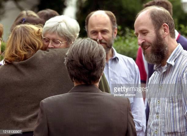 Renate und Werner Wallert werden am 3182000 vor ihrem Haus im Göttinger Stadtteil Geismar von Nachbarn und Freunden begrüßt Das entführte Paar kehrte...