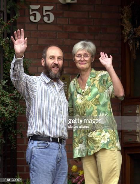 Renate und Werner Wallert winken am 3182000 vor ihrer Haustür im Göttinger Stadtteil Geismar den Journalisten und Schaulustigen zu Die...