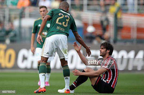 Renato of Palmeiras speaks with Kaka of Sao Paulo during the match between Palmeiras and Sao Paulo for the Brazilian Series A 2014 at Estadio do...