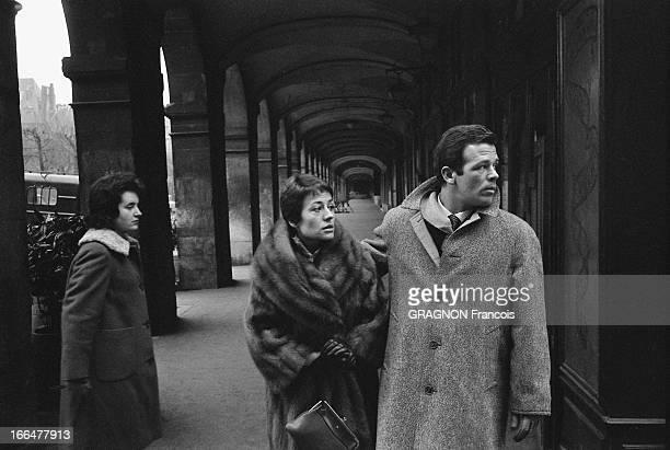 Renato Salvatori And Annie Girardot Move In Place Vosges Annie GIRARDOT et Renato SALVATORI se promenant sous les arcades de la place des Vosges à...
