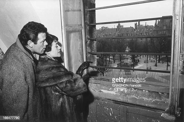 Renato Salvatori And Annie Girardot Move In Place Vosges Renato SALVATORI et Annie GIRARDOT à la fenêtre de leur futur appartement de la place des...