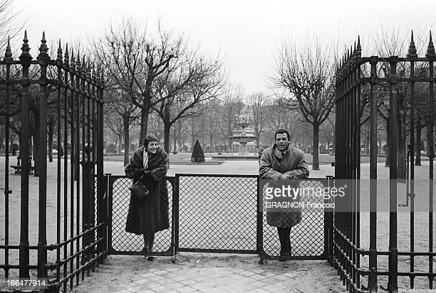Renato Salvatori And Annie Girardot Move In Place Vosges Renato SALVATORI et Annie GIRARDOT posant à l'entrée du square Louis XVIII de la place des...