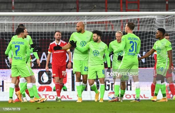 Renato Steffen of VfL Wolfsburg celebrates with Josip Brekalo, John Brooks, Xaver Schlager, Yannick Gerhardt and Ridle Baku after scoring his teams...