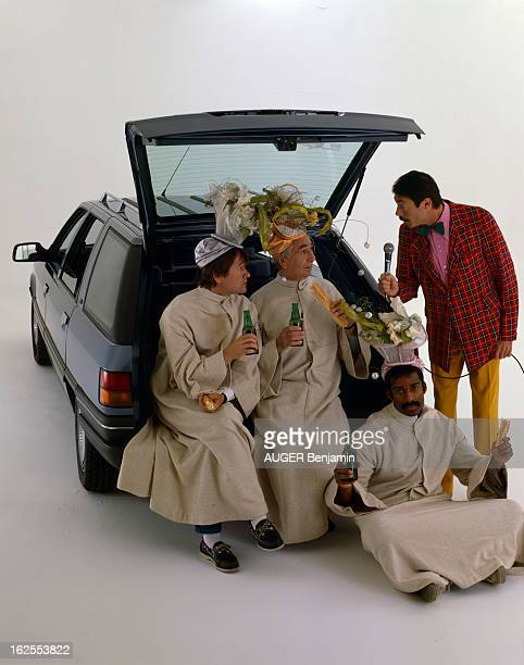 Renault 21 Break Nevada En France en octobre 1986 à l'occasion du salon de l'auto les membres de l'émission COCORICOCOBOY posant avec la voiture...