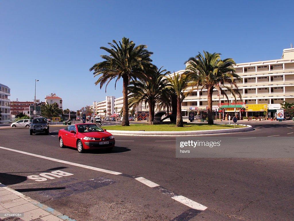 Renault conversível carro saindo de um tráfego cirlce (Gran Cararia) : Foto de stock