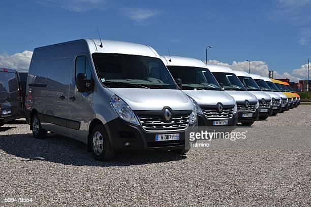 Renault furgonetas maestros en una fila.