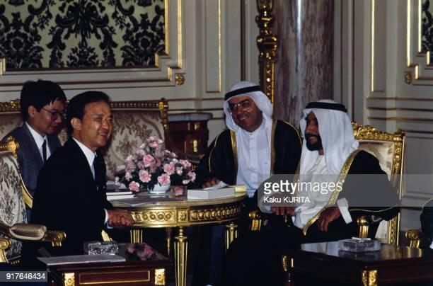 Rencontre entre le cheikh Zayed ben Sultan Al Nahyane et Toshiki Kaifu à Tokyo au Japon le 14 mai 1990