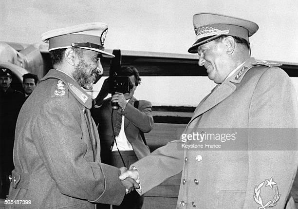 Rencontre entre le maréchal Tito et l'Empereur Haïlé Sélassié à son arrivée à l'aéroport à Belgrade Yougoslavie le 2 novembre 1963