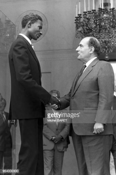 Rencontre entre les présidents de la République du Sénégal Abdou Diouf et de la France François Mitterrand au palais de l'Elysée à Paris le 3...