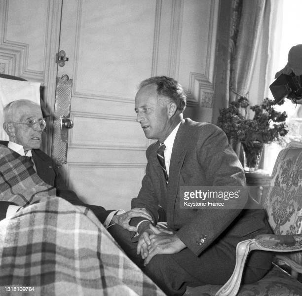 Rencontre entre les rois Gustave V de Suède et Léopold III de Belgique dans un restaurant à Nice, le 4 mars 1950.