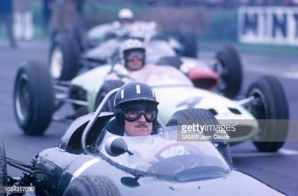 Rendez-vous avec le pilote automobile champion du monde des conducteurs 1962 : Graham HILL avec son épouse Bette et leurs enfants Brigitte et Damon...