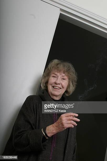 Rendezvous With Actress Betsy Blair Plan de face souriant de Betsy BLAIR 81 ans exépouse de Gene Kelly fumant une cigarette à l'occasion de la sortie...