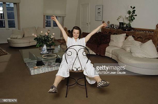 Rendezvous With Actress Isabelle Von Karajan En janvier 1996 portrait de la comédienne Isabelle VON KARAJAN een robe blanche dans son salon à...