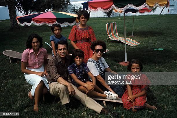 Rendezvous With Adolfo Suarez Gonzalez With Family En Espagne en septembre 1976 assis dans le jardin de sa maison le Premier ministre Adolfo SUAREZ...