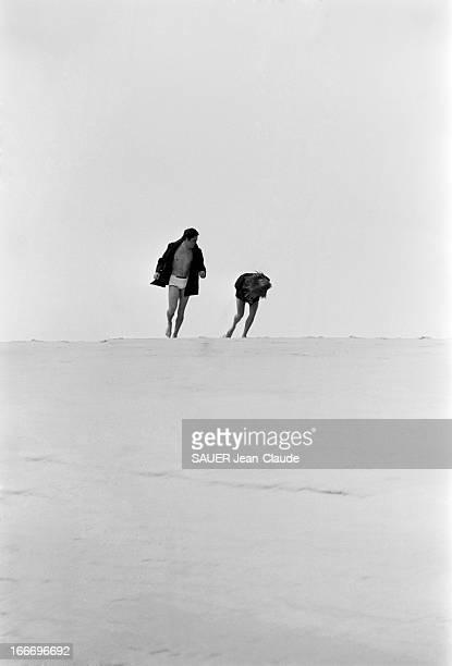 Rendezvous With Alain Delon And Nathalie Alain DELON et son épouse Nathalie en caban et maillot de bain sur la dune du PYLA