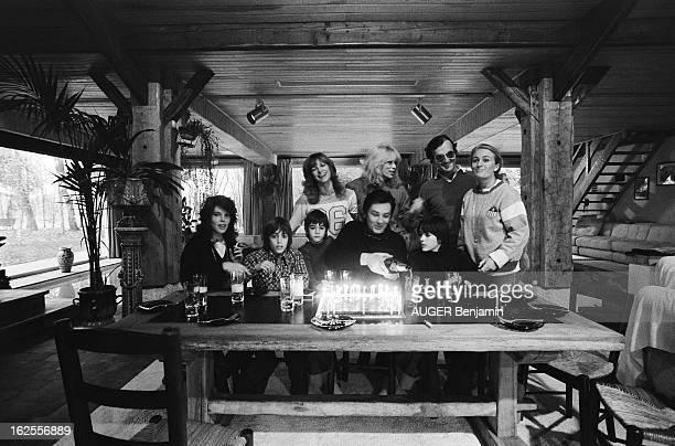 Rendezvous With Alain Delon For Its 41St Birthday Alain DELON assis devant son gâteau d'anniversaire les bougies allumées servant le champagne...
