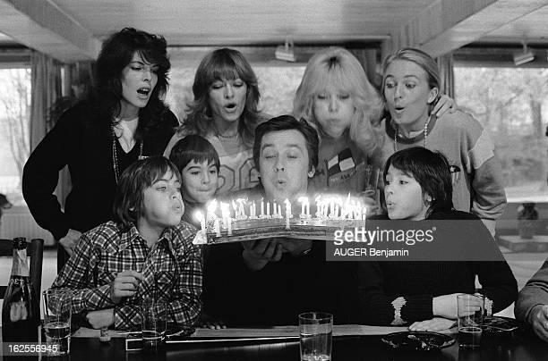 Rendezvous With Alain Delon For Its 41St Birthday Alain DELON soufflant les bougies de son gâteau d'anniversaire entouré de son exfemme Nathalie...