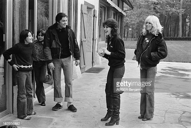 Rendezvous With Alain Delon For Its 41St Birthday Attitude riante de DANI entourée de Mireille DARC d'Alain DELON en sabot aux côtés de son fils...