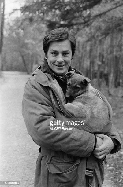 Rendezvous With Alain Delon For Its 41St Birthday Plan de face souriant d'Alain DELON dans le parc de sa propriété de DOUCHY serrant dans ses bras un...