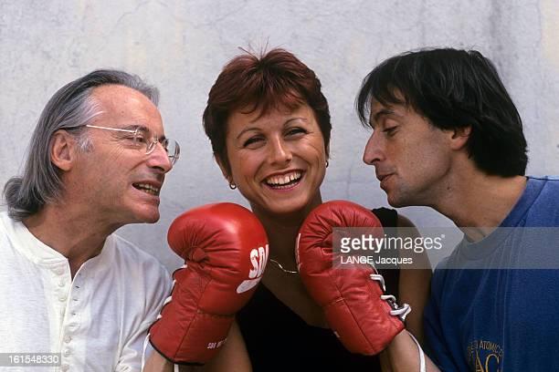 Rendezvous With Alex Metayer A Paris dans son appartement des Buttes Chaumont Alex METAYER avec son fils Eric METAYER tous deux portant un gant de...