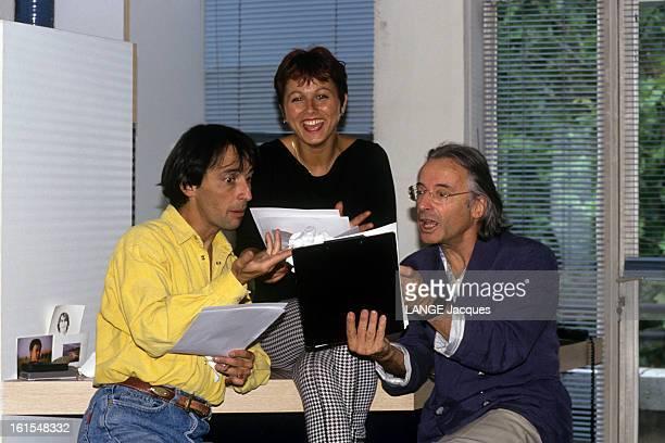Rendezvous With Alex Metayer A Paris dans son appartement des Buttes Chaumont Alex METAYER lisant animé avec son épouse Viviane METAYER et leur fils...