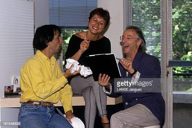 Rendezvous With Alex Metayer A Paris dans son appartement des Buttes Chaumont Alex METAYER lisant hilare avec son épouse Viviane METAYER et leur fils...