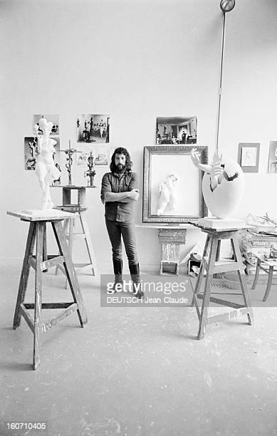 Rendezvous With Alexander Zlotnik, Russian Sculptor. Paris- 19 Septembre 1972- Dans son atelier de la Maison nationale des artistes à...