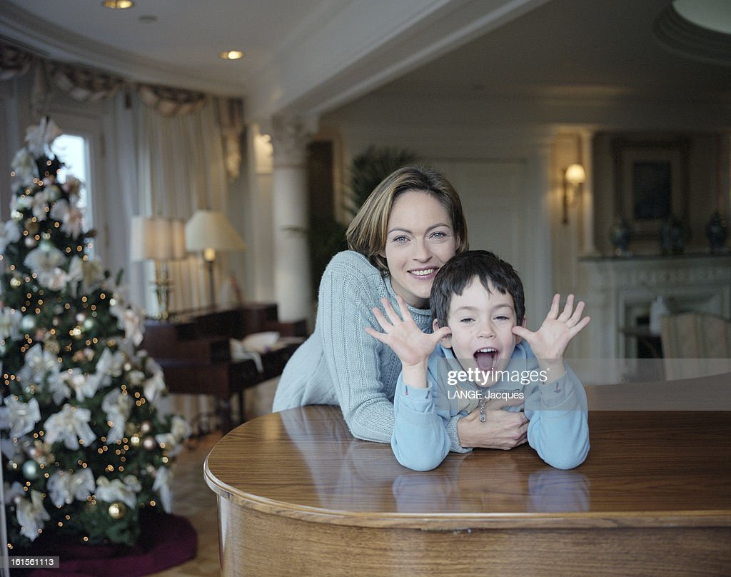 Rendezvous With Alexandra Vandernoot With Her Son Leo Uzan At Eurodisney : ニュース写真