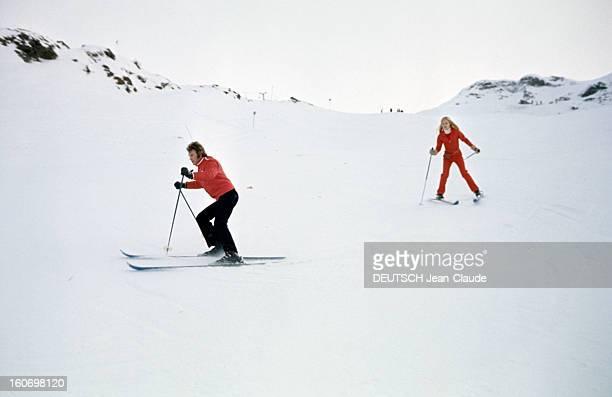 Rendezvous With An Avalanche Of Stars In Avoriaz Johnny HALLYDAY et Sylvie VARTAN descendent à ski une piste