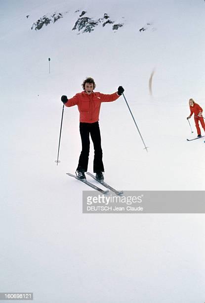 Rendezvous With An Avalanche Of Stars In Avoriaz Johnny HALLYDAY et en arrièreplan Sylvie VARTAN descendant à ski une piste