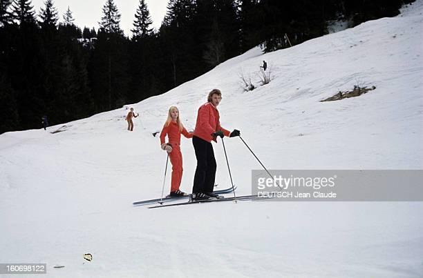 Rendezvous With An Avalanche Of Stars In Avoriaz Johnny HALLYDAY et Sylvie VARTAN côte à côte sur une piste en combinaisons rouges