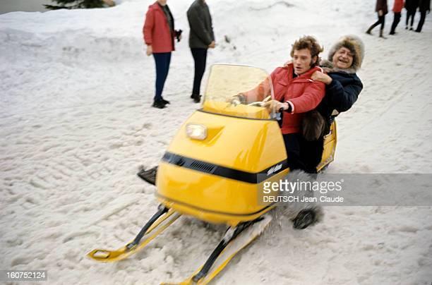 Rendezvous With An Avalanche Of Stars In Avoriaz Johnny HALLYDAY et Henri CHARRIERE dit Papillon s'amusent sur un scooter des neiges