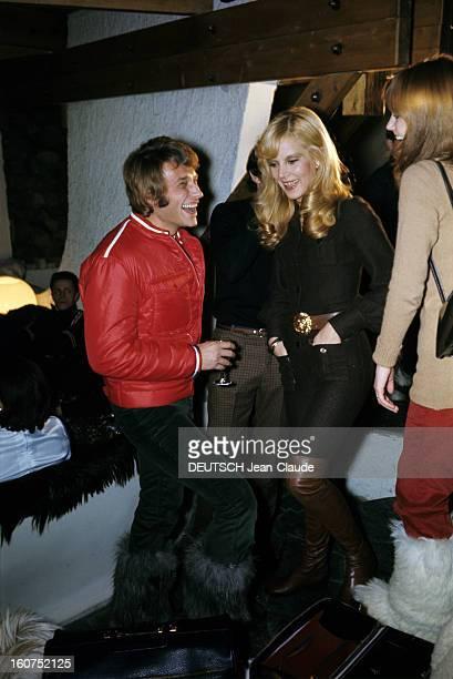 Rendezvous With An Avalanche Of Stars In Avoriaz Johnny HALLYDAY Sylvie VARTAN et Nathalie WOOD discutent à l'intérieur d'un châlet