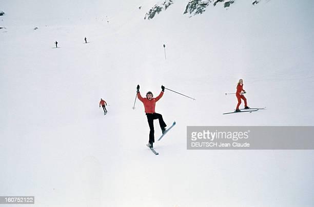 Rendezvous With An Avalanche Of Stars In Avoriaz Johnny HALLYDAY réalise une acrobatie et en arrièreplan Sylvie VARTAN sur une piste de ski en...