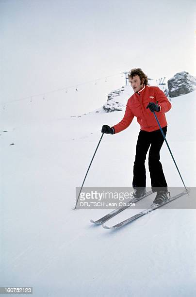 Rendezvous With An Avalanche Of Stars In Avoriaz Johnny HALLYDAY descend une piste à ski