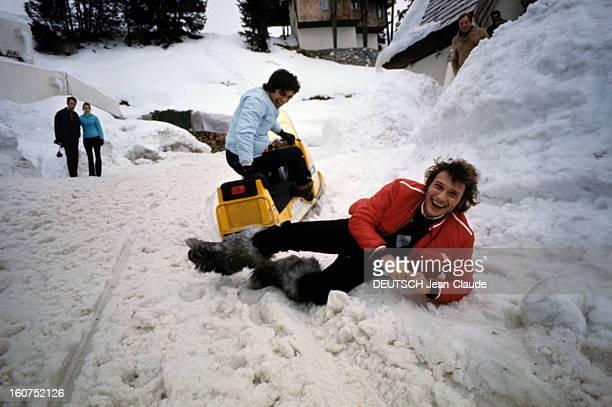 Rendezvous With An Avalanche Of Stars In Avoriaz Johnny HALLYDAY vêtu d'un blouson rouge s'amuse allongé dans la neige