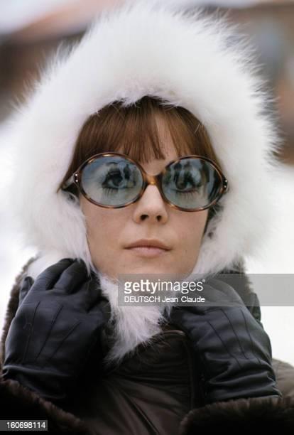 Rendezvous With An Avalanche Of Stars In Avoriaz Portrait de Nathalie WOOD une toque en fourrure blanche coiffant sa tête et lunettes de soleil mains...