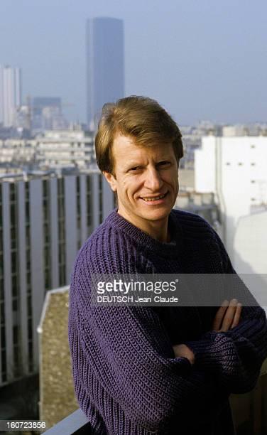 Rendezvous With Andre Dussolier. Mars 1985- Portrait d'André DUSSOLIER, sur le balcon posant bras croisés.