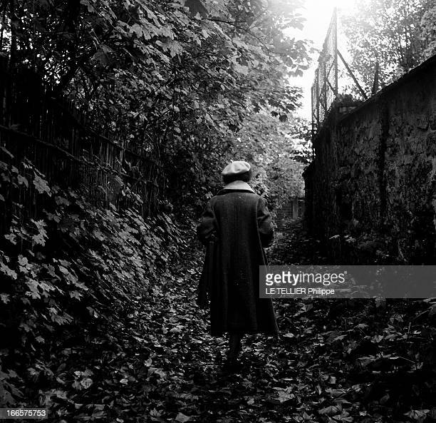Rendezvous With Angelina Bardin Sarthe 24 Novembre 1956 Dans son village Angelina BARDIN romancière de la campagne sarthoise vêtu d'un manteau se...