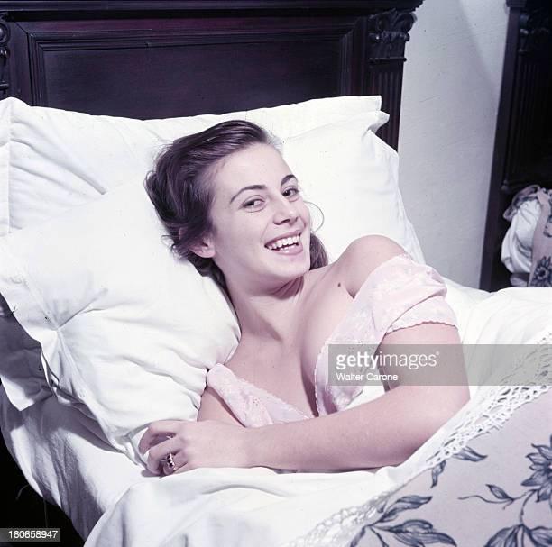 Rendezvous With Anna Maria Ferrero Italian Actress Italie 1952 Portait d'Anna Maria FERRERO actrice italienne souriante en chemise de nuit allongée...